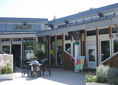 Urlaub an der Mosel mit Kind: Diverse Freizeitmöglichkeiten bietet das Kurgastzentrum in Bernkastel-Kues an. Zu sehen ist der Eingang des Gebäudes.