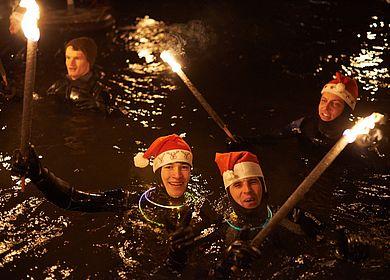 Ein Tipp für den Moselurlaub im Winter ist das Fackelschwimmen in Bernkastel-Kues. Sporttaucher schwimmen mit brennenden Fackeln durch die Mosel und begleiten den Nikolaus auf seinem Weg zum Bernkasteler Moselufer.