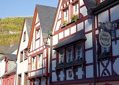 Kurzurlaub an der Mosel: Die romantische Stadt Bernkastel-Kues mit ihrer malerischen Altstadt und Fachwerkhäusern.