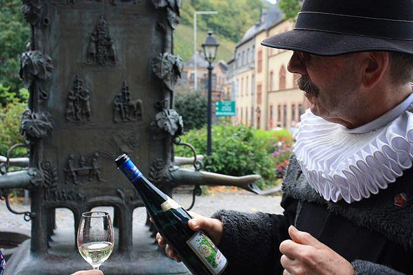 Wein trinken an der MosEine Flasche Wein von der berühmten Weinlage Bernkasteler Doctor.